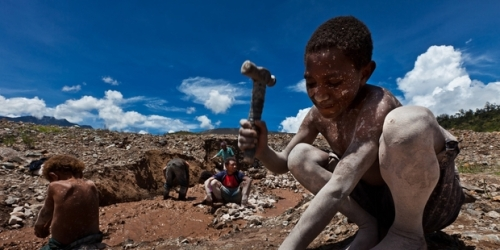 Many families eke out a living by illegally mining in Porgera. Photo / Human Rights International